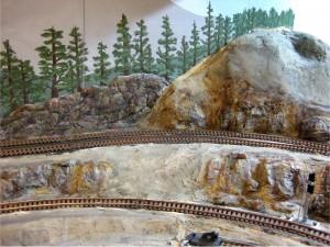 Раскрашивание ландшафта на железнодорожном макете.