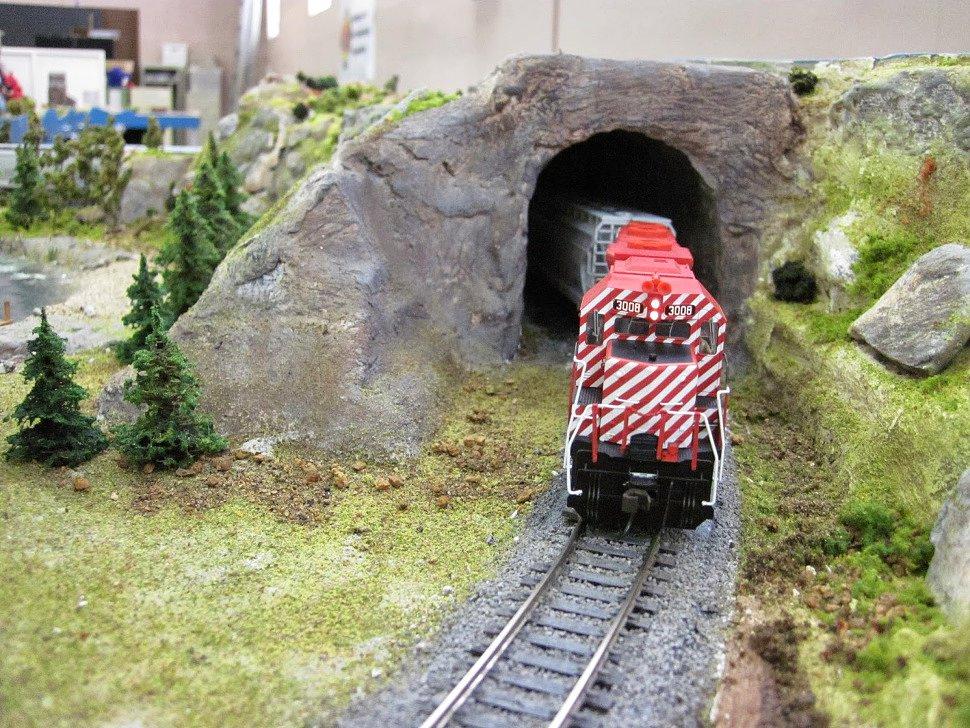 поезд выезжает из туннеля